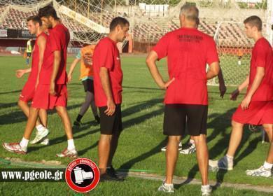 Τρέξιμο στην Αγυιά με τους προπονητές να συζητούν τα της προπόνησης...
