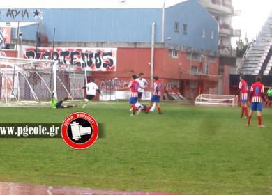 Ο Μαυρόχης (πεσμένος) μόλις έχει στείλει τη μπάλα στα δίχτυα και έχει κάνει το 1-0 για την Παναχαΐδα...